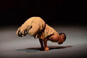 Shaolin-monk-handstanding